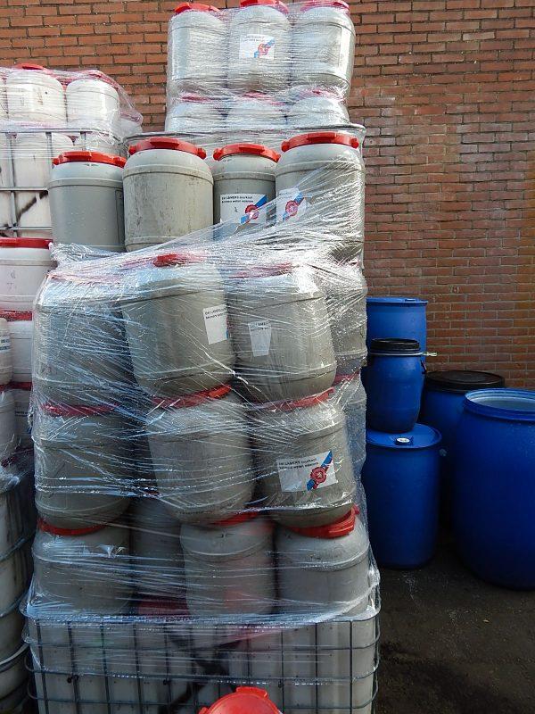 Stapel 25 liter tonnen met deksel